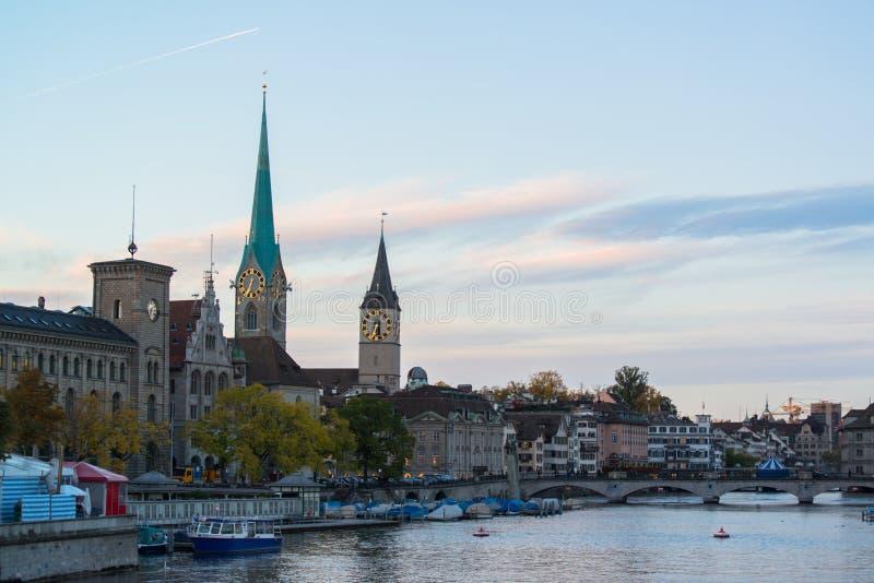 Città svizzera, alba di Zurigo poco prima fotografie stock libere da diritti