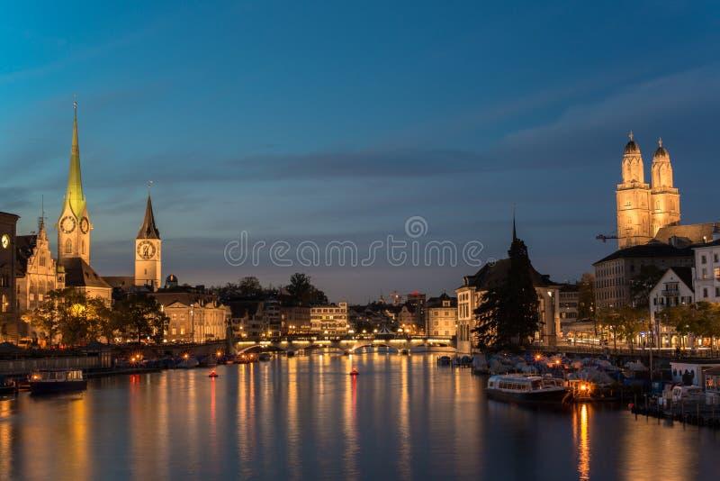Città svizzera, alba di Zurigo poco prima fotografia stock