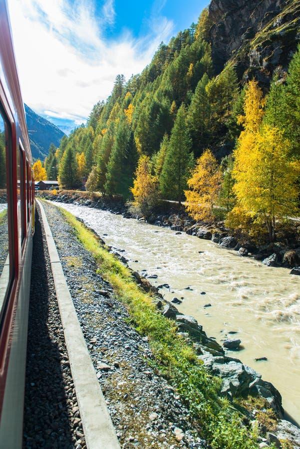 Città svizzera famosa Zermatt nella valle vicino al confine svizzero-italiano fotografia stock