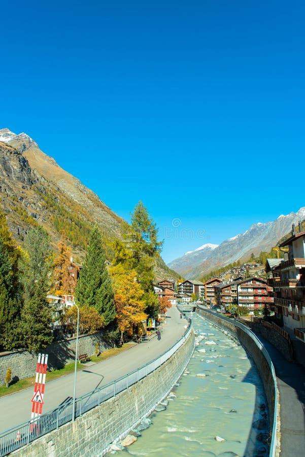 Città svizzera famosa Zermatt nella valle vicino al confine svizzero-italiano immagini stock libere da diritti