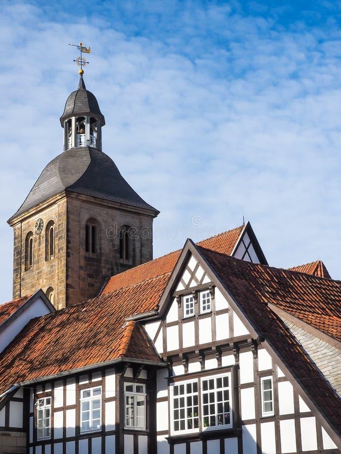 Città Tecklenburg con la chiesa e le case a graticcio, Germania fotografie stock libere da diritti