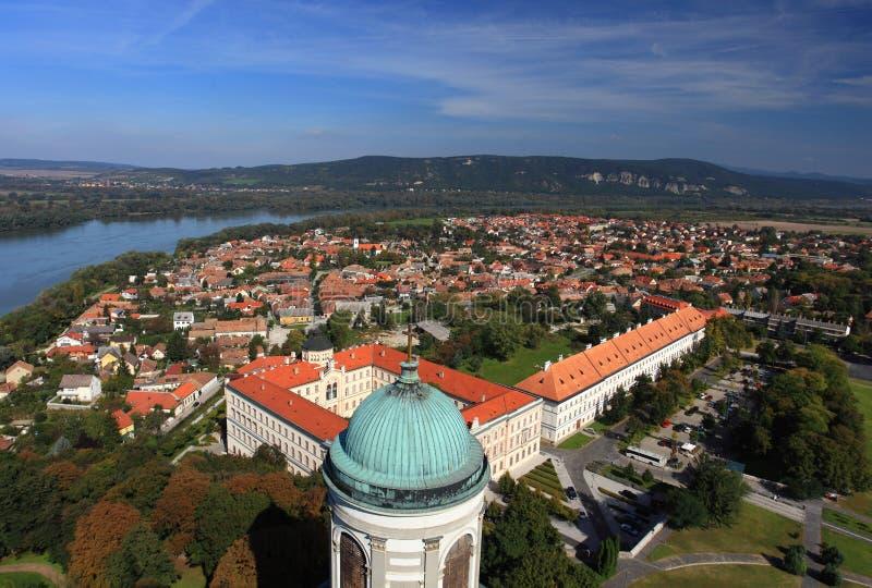 Città Ungheria di Esztergom, da sopra con il fiume Danubio immagini stock libere da diritti