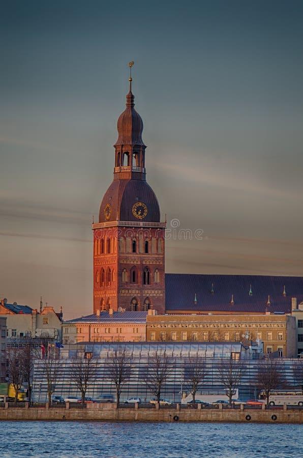 Città Vecchia di Riga (Lettonia) nella sera La cattedrale fotografie stock libere da diritti
