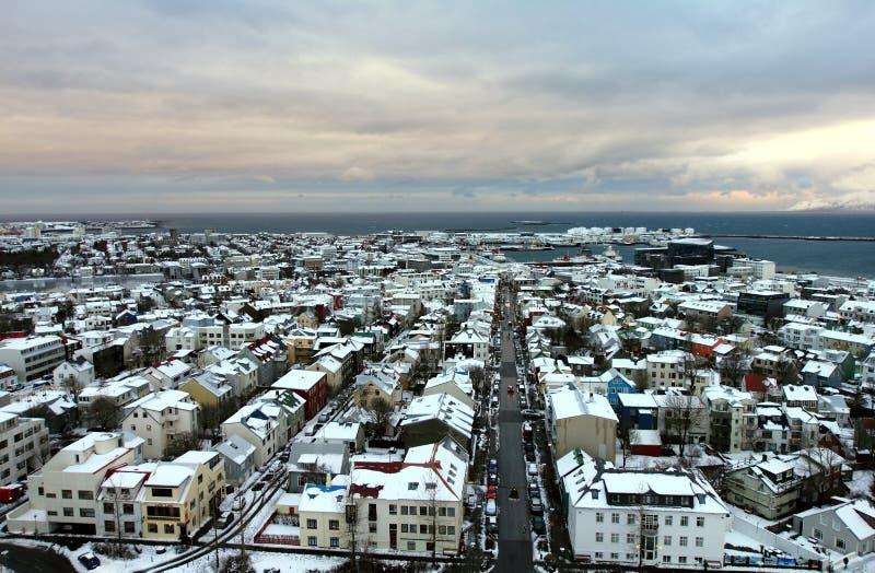 Città Vecchia e spiaggia dalla piattaforma di osservazione della chiesa di Hallgrimskirkja a Reykjavik centrale fotografia stock libera da diritti