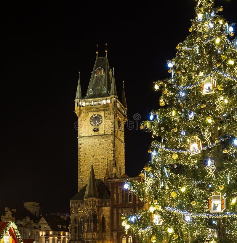 Città Vecchia Hall Clock Tower e l'albero di Natale a Praga immagine stock