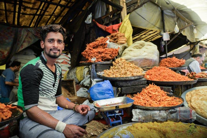 CITTÀ VECCHIA, SRINAGAR, INDIA MAGGIO 2017: Commerciante nella stalla dell'alimento nel mercato di Srinagar fotografia stock