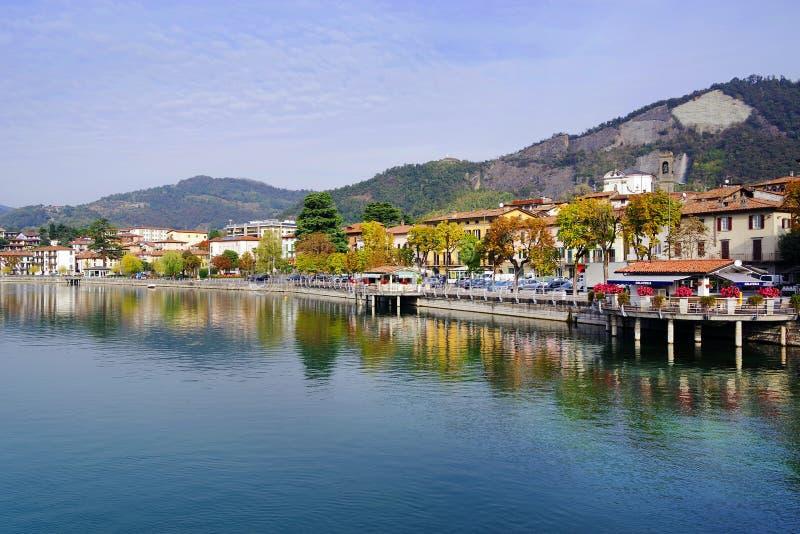 Città veduta da Paratico, la città di Sarnico dalla riva opposta del lago Iseo fotografia stock
