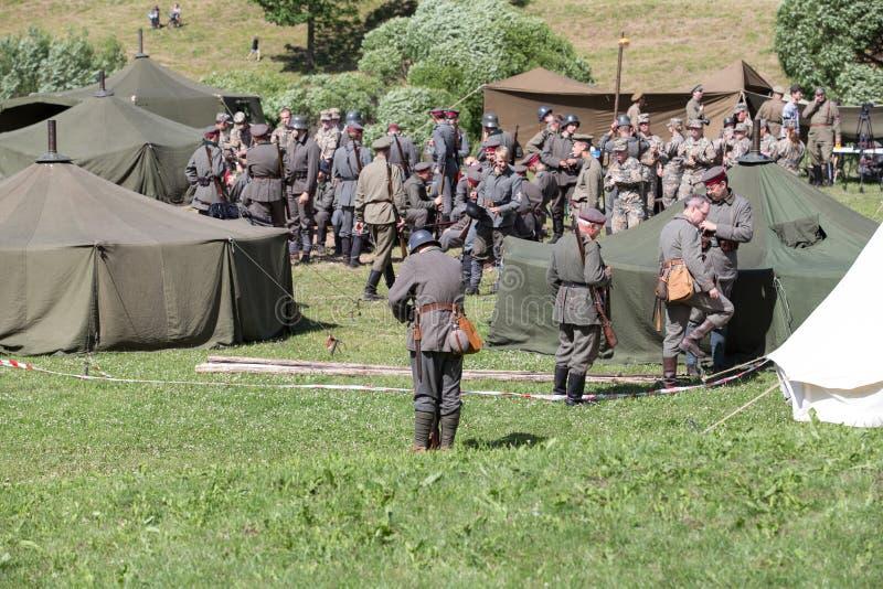 Citt? Cesis, Repubblica lettone Secolo di ricostruzione di battaglia di Cesis per gli stati baltici Armi e soldati 22 06 2019 fotografie stock libere da diritti