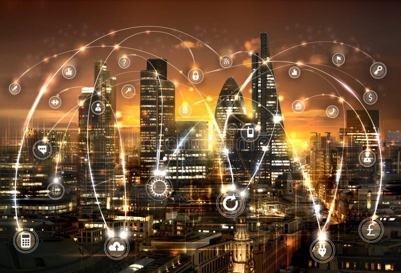 Citt? di Londra al tramonto Illustrazione con le icone di affari e di comunicazione, concetto delle connessioni di rete fotografia stock