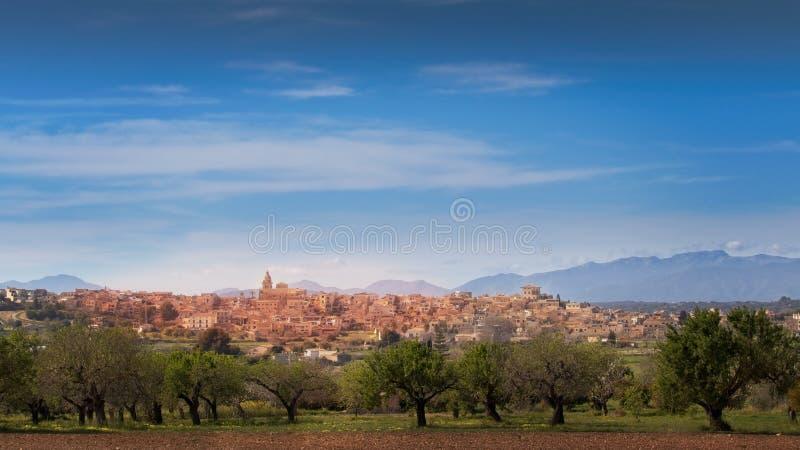 Citt? di Montuiri con gli alberi e le montagne sboccianti di tramountana, vecchia citt? spagnola tipica, Mallorca, spagna immagine stock