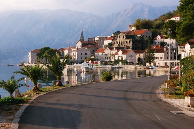 Citt? di Perast Il Montenegro montenegro Città, acqua fotografie stock