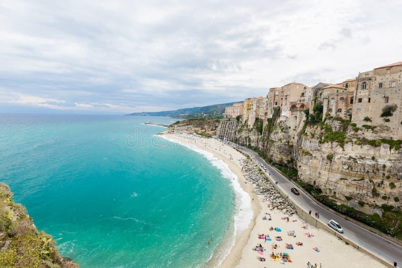 Citt? e spiaggia di Tropea fotografia stock