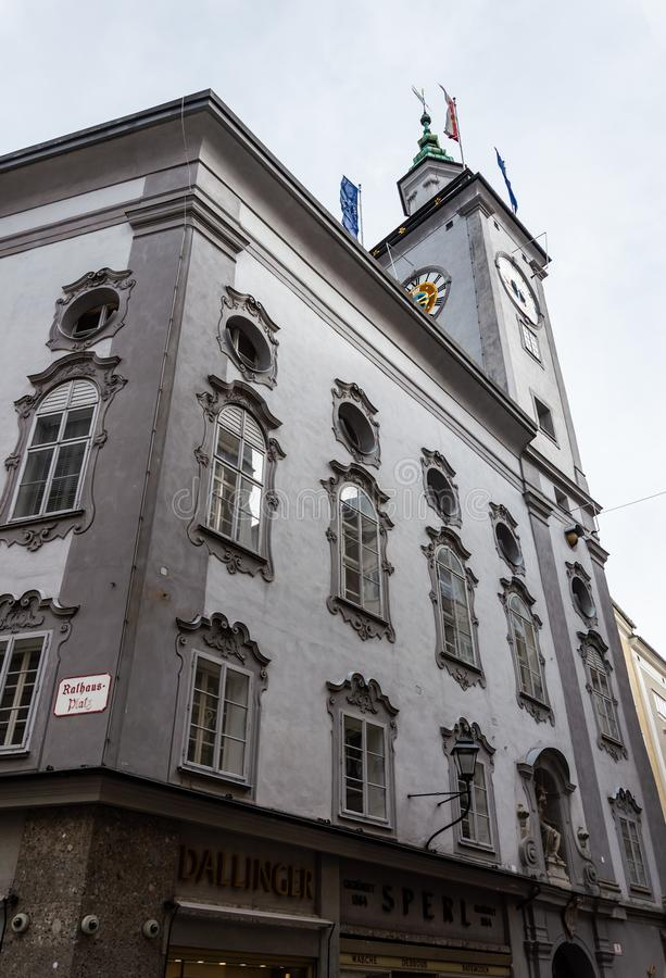 Citt? Hall Clock Tower della citt? di Salisburgo visto dalle vie di Salisburgo fotografia stock