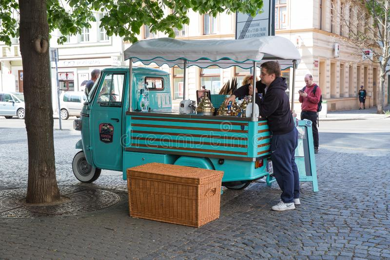 Citt? Praga, repubblica Ceca Sulla via, il gelato è venduto, il venditore fa il gelato immagini stock