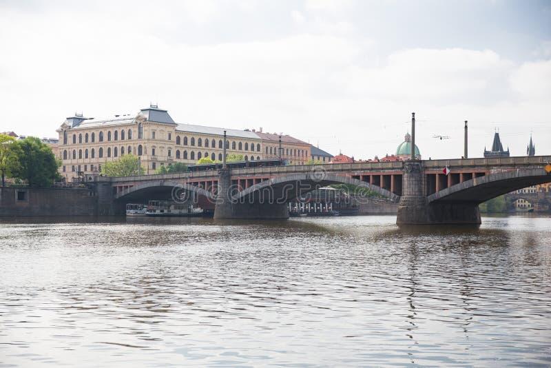 Citt? Praga, repubblica Ceca Vista al fiume ed ai ponti dal fiume la Moldava Sorgente 2019 24 aprile Foto di viaggio fotografia stock libera da diritti