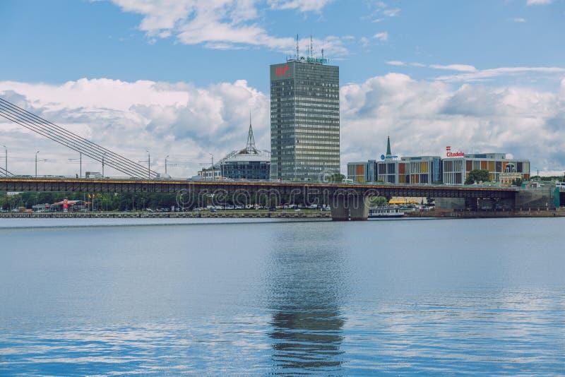 Citt? Repubblica di Riga, Lettonia Vista al vecchio Daugava del fiume e della città Città urbana di estate 4 luglio Una foto di 2 fotografie stock
