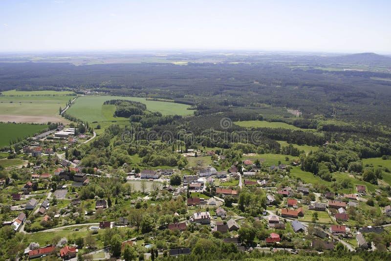 Cittadina con i campi e le montagne verdi immagini stock libere da diritti