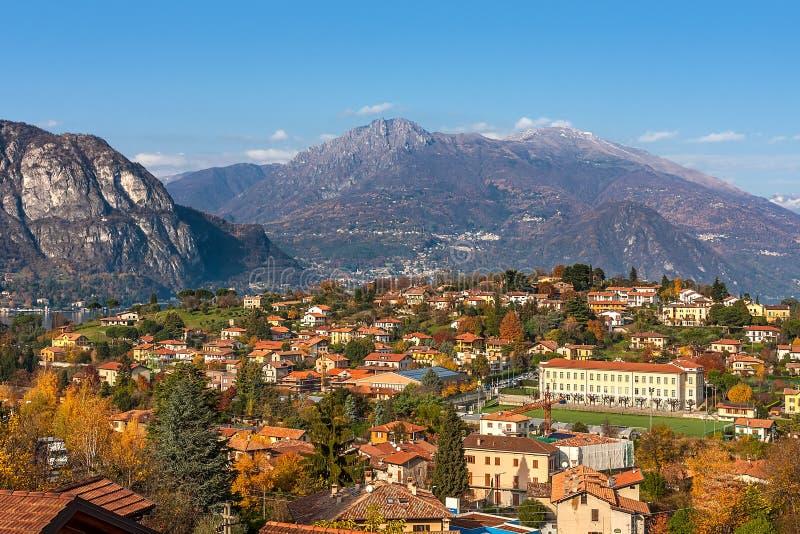 Cittadina e montagne in Italia fotografia stock libera da diritti