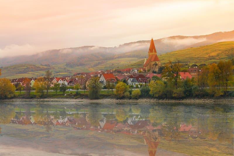 Cittadina singolare sulla riva del Danubio in Austria dentro fotografia stock