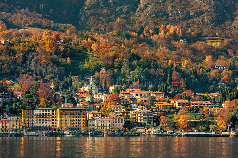 Cittadina sul lago Como fotografie stock
