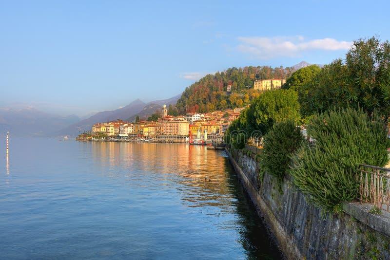 Cittadina sul lago Como in Italia. fotografie stock