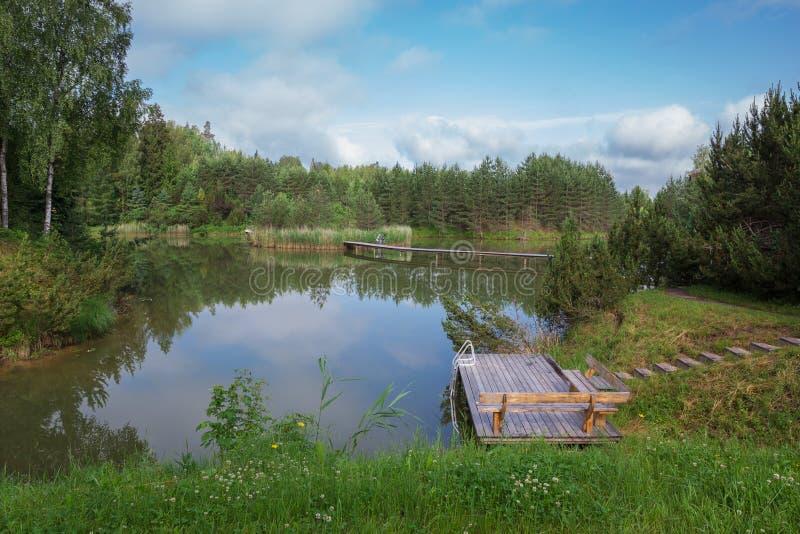 City Amatciems, République lettone Un lac propre et entouré d'une nature verdoyante Espace de loisirs pour les touristes Photo de photo stock