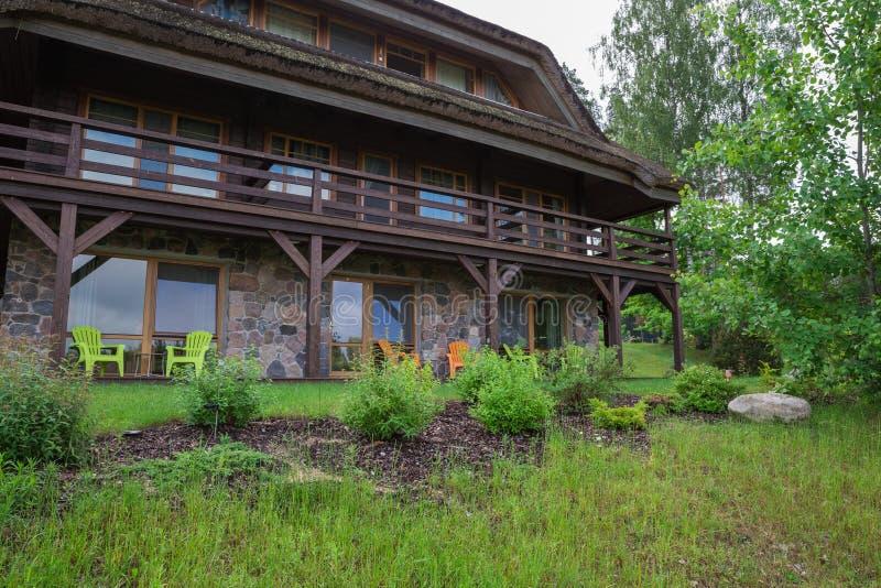 City Amatciems, República da Letónia Casa de convidados e pátio verde Parte de casa e exterior Foto de viagem 14 junho 2019 fotos de stock