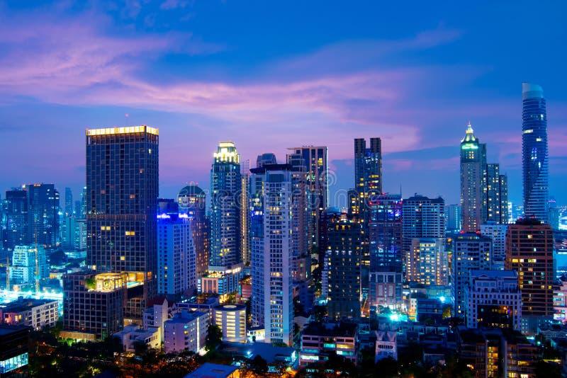 City-scape van Bangkok de meningsschemering van de wolkenkrabbernacht terwijl zonsondergang op zaken en het gebied van de binnens royalty-vrije stock foto