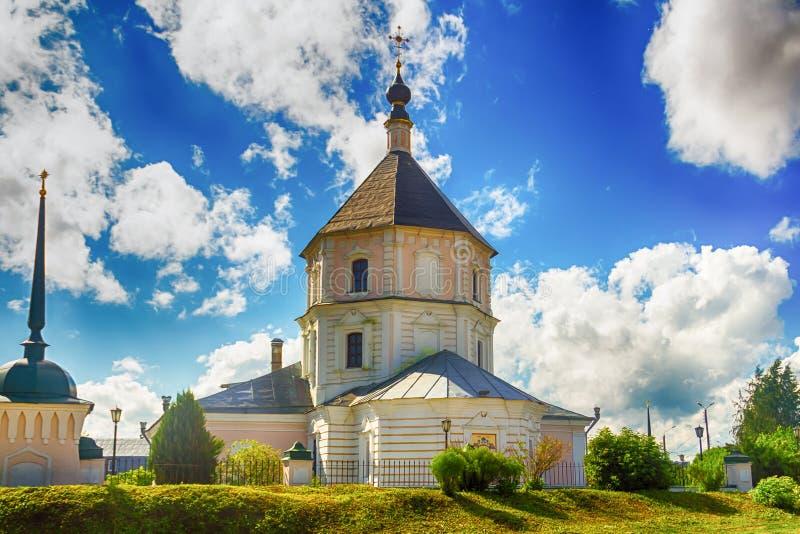 City Tver Federação Russa junho de 2016 Uma igreja branca, um dia ensolarado tradicional europeu, sobre o fundo do céu azul, foto imagem de stock royalty free
