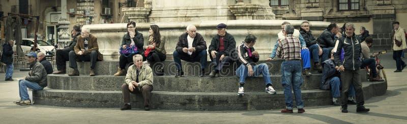 Citylife全景 人们坐喷泉的步 免版税库存图片