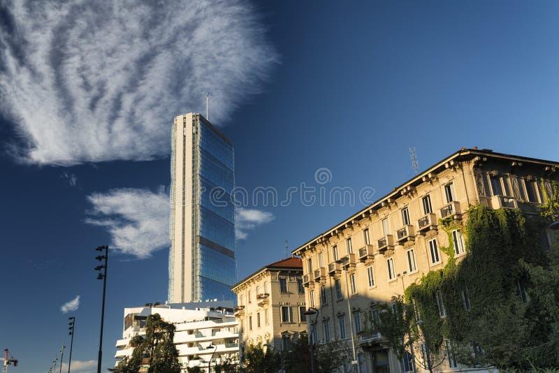Citylife: старые и современные здания в милане стоковые фотографии rf