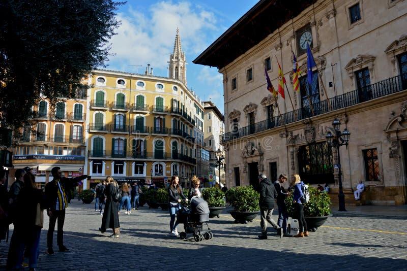 Citylife in Palma de Mallorca met mensen die in een verbazend vierkant met architectuur rondwandelen stock foto's