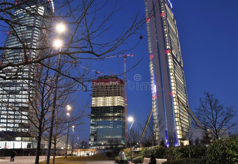 Citylife vid natten, Milan fotografering för bildbyråer