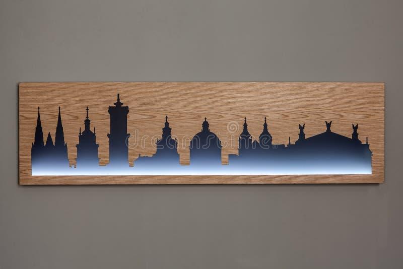 Cityline της παλαιάς πόλης Lviv που χαράζεται στο ξύλο με το φως στοκ φωτογραφίες