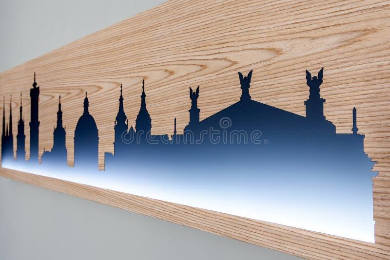 Cityline της παλαιάς πόλης Lviv που χαράζεται στο ξύλο με το φως στοκ εικόνα