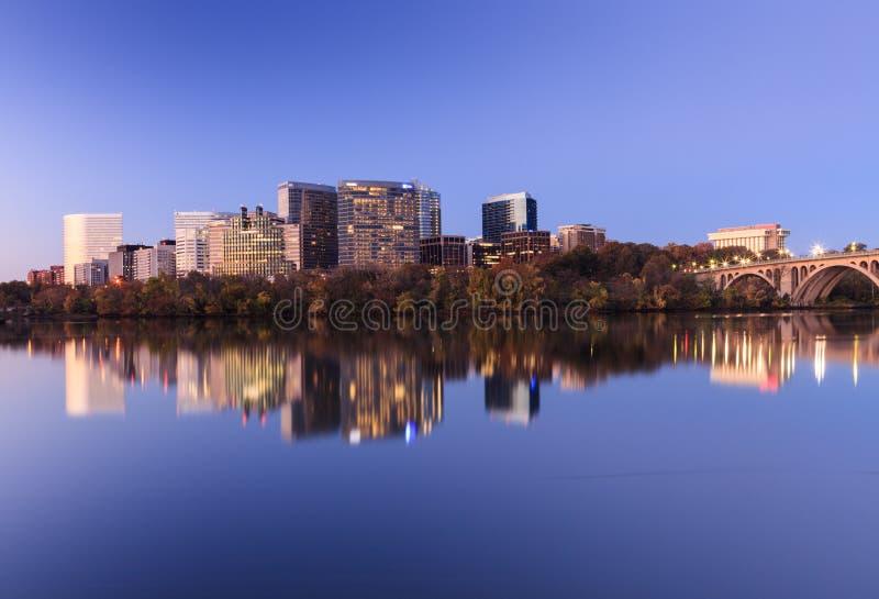 Cityscape Arlington Virginia op de Potomac Rivier stock foto's