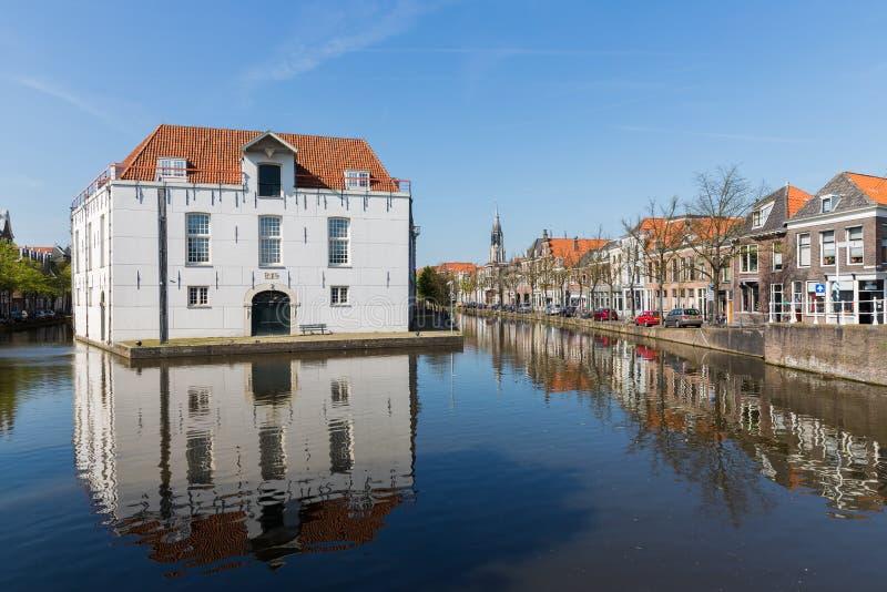 Cityscape av delftfajans med historiska hus och armémuseet, Nederländerna royaltyfri foto