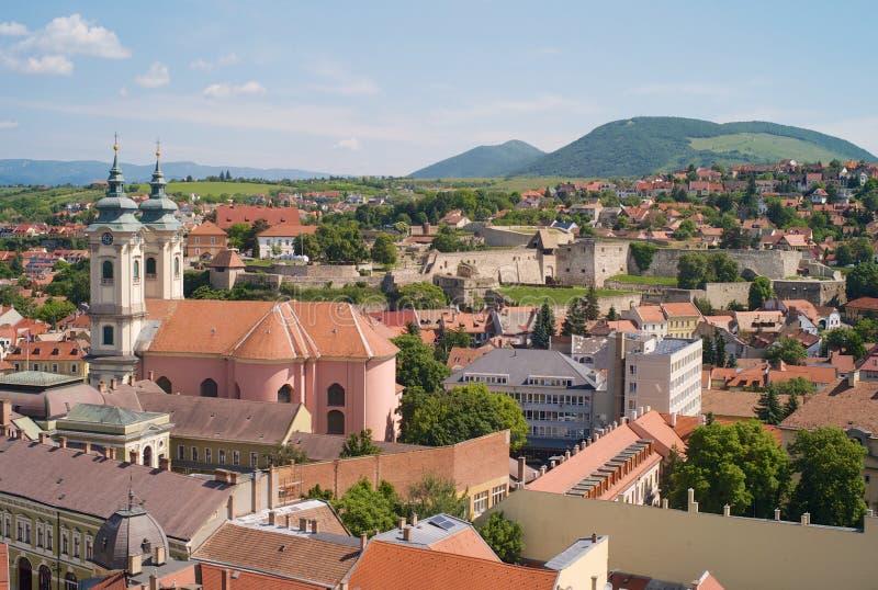Cityscape av den gamla staden av Eger, Ungern, kyrka av St Anthony av Padua royaltyfria foton