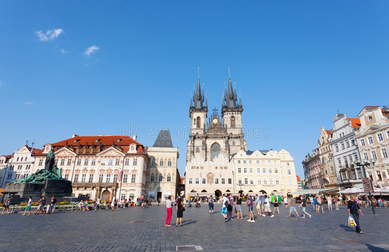 Cityscape av den gammala Townfyrkanten i Prague arkivbild