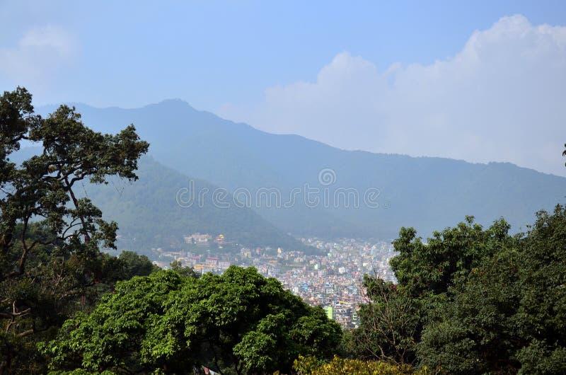 Cityscape av den Katmandu Nepal blicken på på den Swayambhunath templet arkivbild