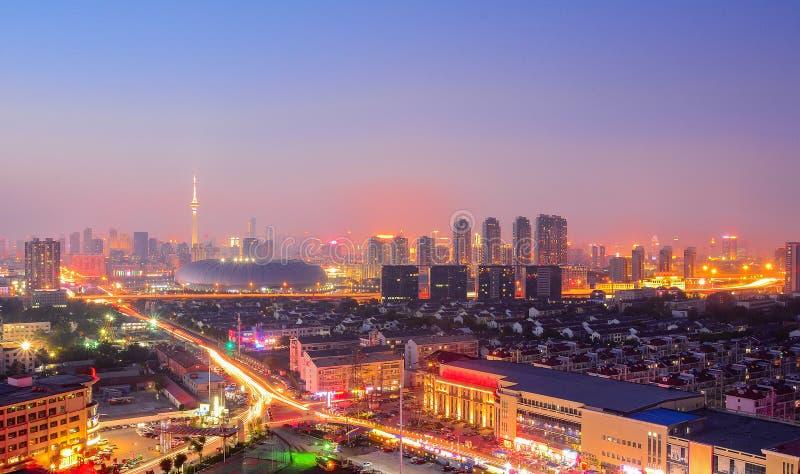 Cityscape av den Tianjin staden Kina på skymningskymningnatten royaltyfria bilder