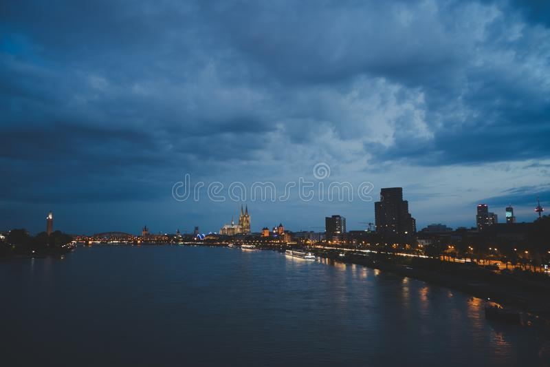 Cityscape av den tyska stadseau-de-cologne under den blåa timmen royaltyfri bild