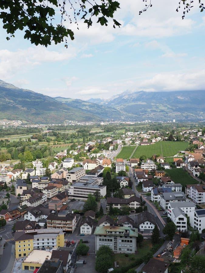 Cityscape av det lilla europeiska huvudcentret av Vaduz i det Liechtenstein landskapet - lodlinje arkivfoto