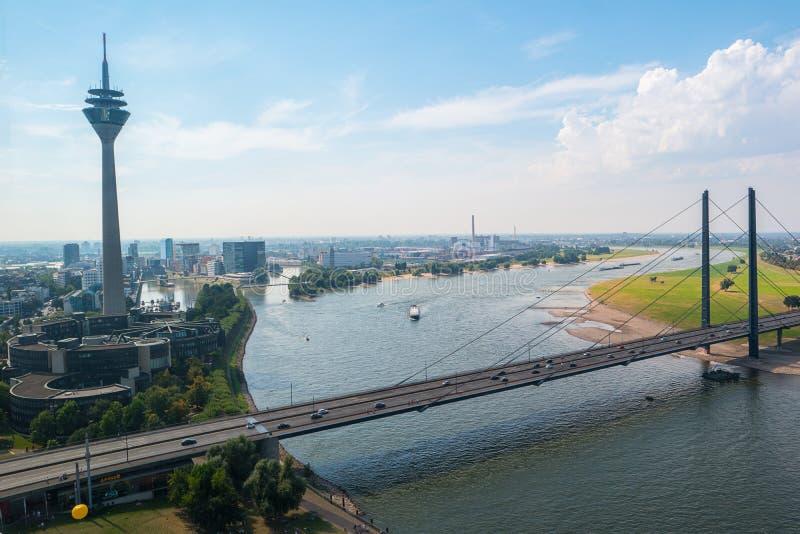Cityscape av Dusseldorf den flyg- sikten på sommar arkivfoton