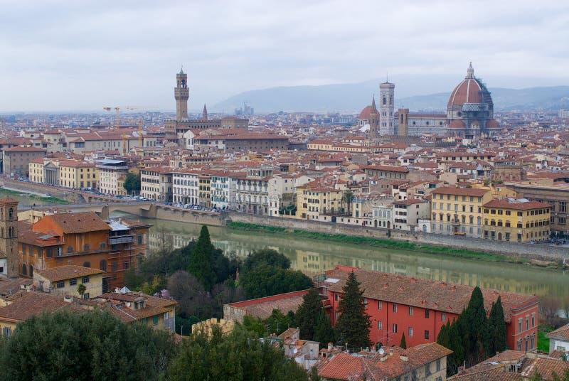 Cityscape av Florence på en molnig dag med basilikadina Santa Maria del Fiore av Florence, Italien royaltyfri bild