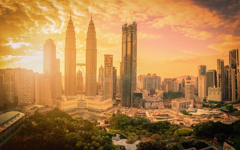 Cityscape av Kuala Lumpur stadshorisont på solnedgången med solljus I arkivbild