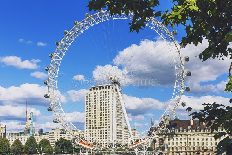 Cityscape av London inklusive det London ögat på en solig sommar D royaltyfri foto