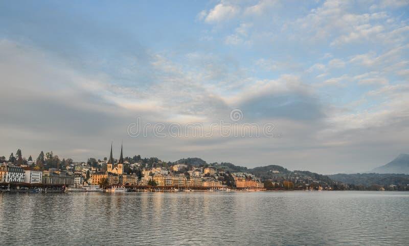 Cityscape av Lucerne längs sjön Lucerne fotografering för bildbyråer