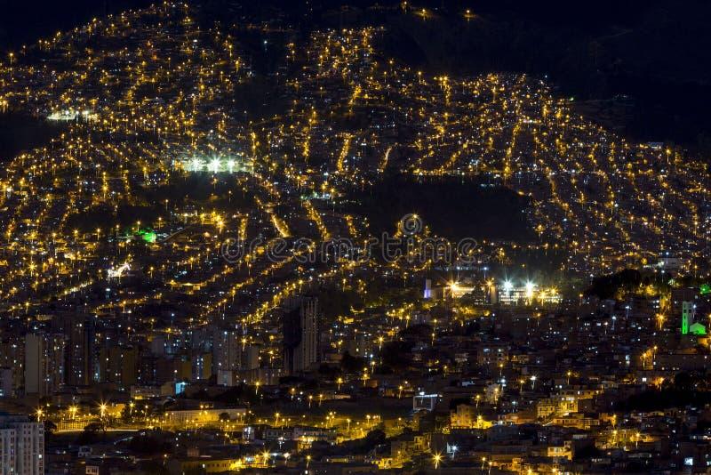 Cityscape av Medellin på natten, Colombia royaltyfria bilder