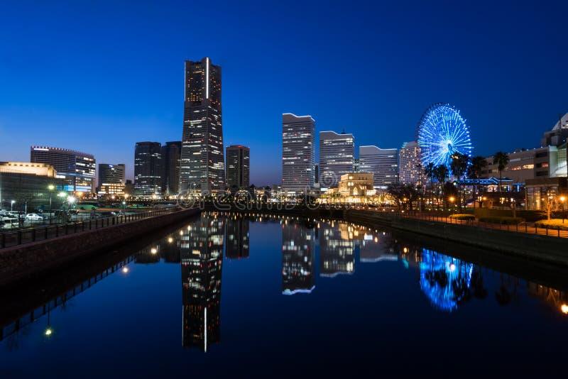 Cityscape av Minato Mirai område av den Yokohama staden på skymning royaltyfria bilder
